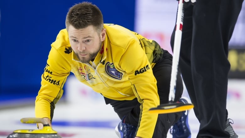 McEwen edges Koe with late steal to reach Canadian Open playoffs