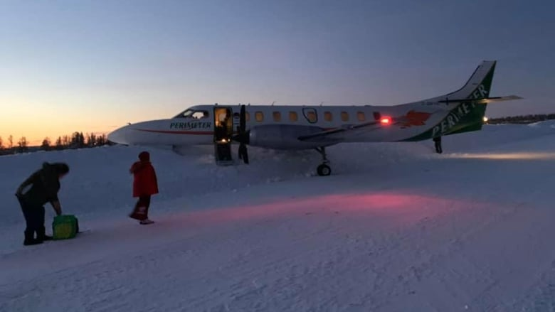 https://i.cbc.ca/1.5432975.1579528993!/fileImage/httpImage/image.jpg_gen/derivatives/16x9_780/perimeter-airlines-flight-into-snowbank.jpg