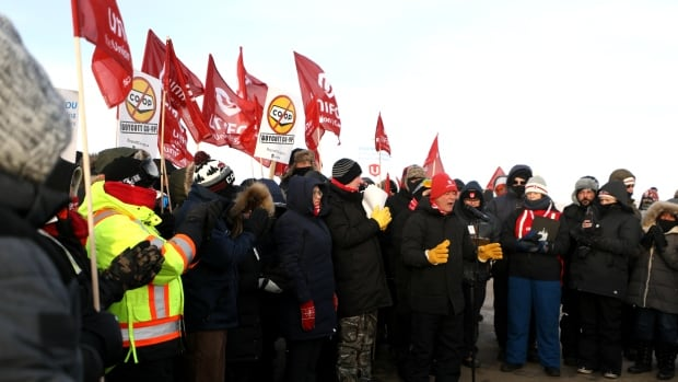 Unifor wants province to force both parties back to bargaining, government non-commital
