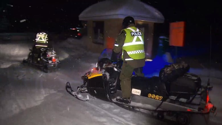 5 snowmobilers missing after falling through the ice on Lac Saint-Jean