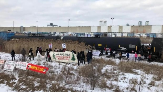 Protesters move into GTA rail yard in solidarity with northern B.C. pipeline protest | CBC News