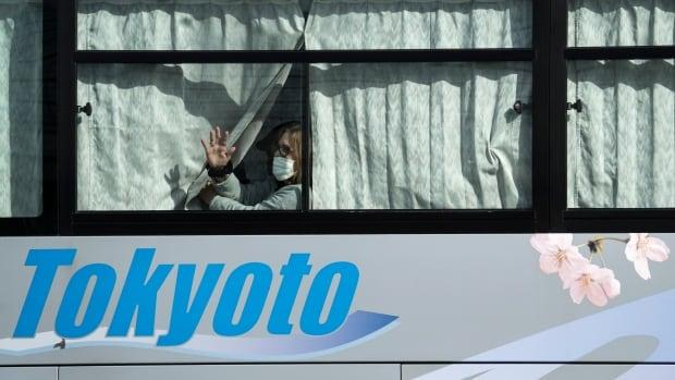 Cruise passengers start disembark in Japan as 2-week virus quarantine ends | CBC News