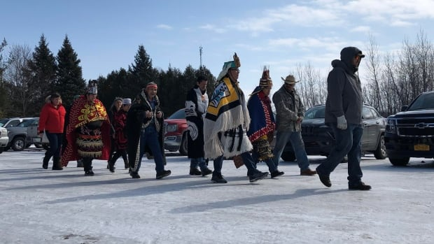 Indigenous leaders meet at Kahnawake after Trudeau orders blockades removed | CBC News