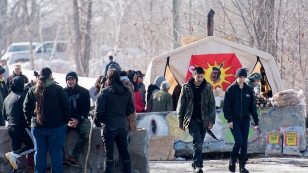 Quebec premier's claim that protesters have AK-47s at blockade 'reckless,' says Mohawk Council of Kahnawake | CBC News