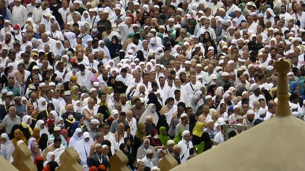 Saudi Arabia suspends entry for religious pilgrims over coronavirus fears | CBC News