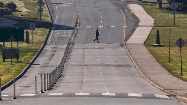 Canada, U.S. border temporarily closing to non-essential traffic to slow COVID-19   CBC News