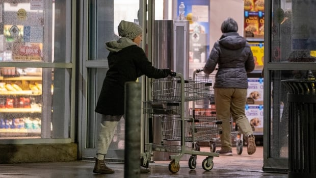 Grocery store staff fed up with 'social' shoppers who flout pandemic rules | CBC News