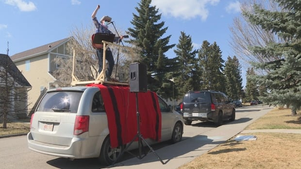 Calgary musician now earning his living atop a minivan giving curbside concerts