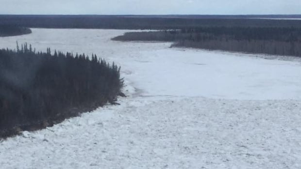 Kashechewan First Nation faces early move out as flood waters move in | CBC News