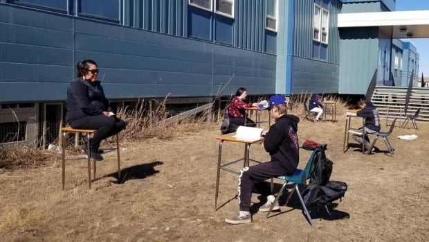 Some N.W.T. schools are helping students with homework outdoors
