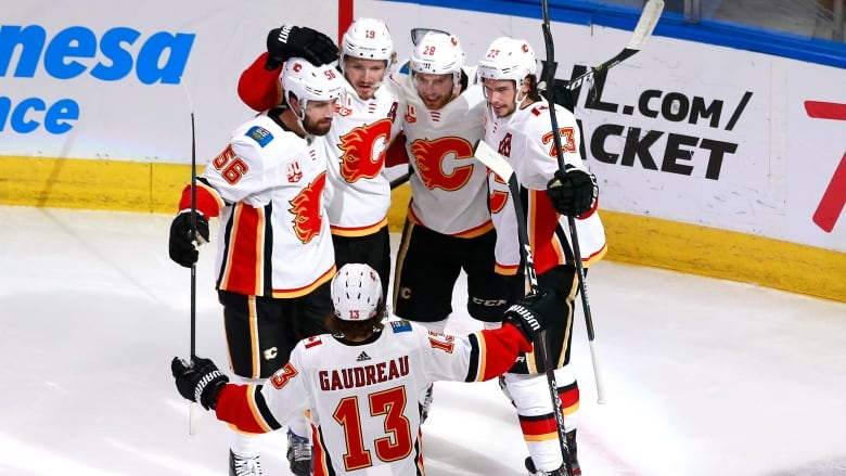 6 Flames Find Back Of The Net As Calgary Thumps Winnipeg For Series Lead Cbc Sports