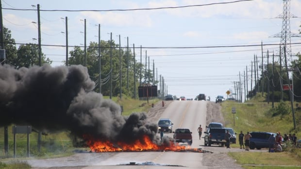 Road blockades up at Caledonia after OPP arrest demonstrators at residential development