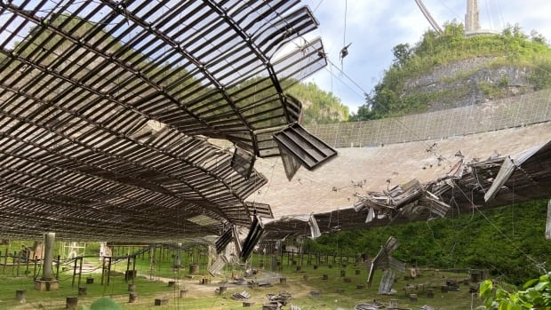 Massive Puerto Rico radio telescope collapses | CBC News