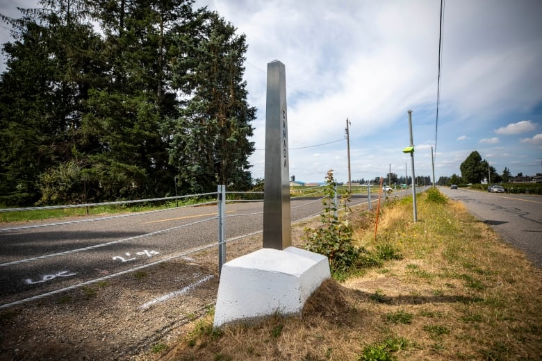 USA border officers install cable barrier along Canadian boundary