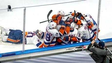 2-minute NHL playoff recap: Semyon Varlamov dives into Game 6