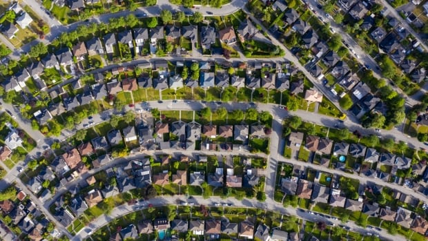 Average Canadian house price up 38% compared to last year, but down from March