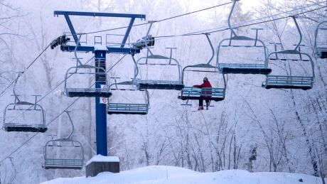 camp fortune skiing chair lift winter chelsea outaouais