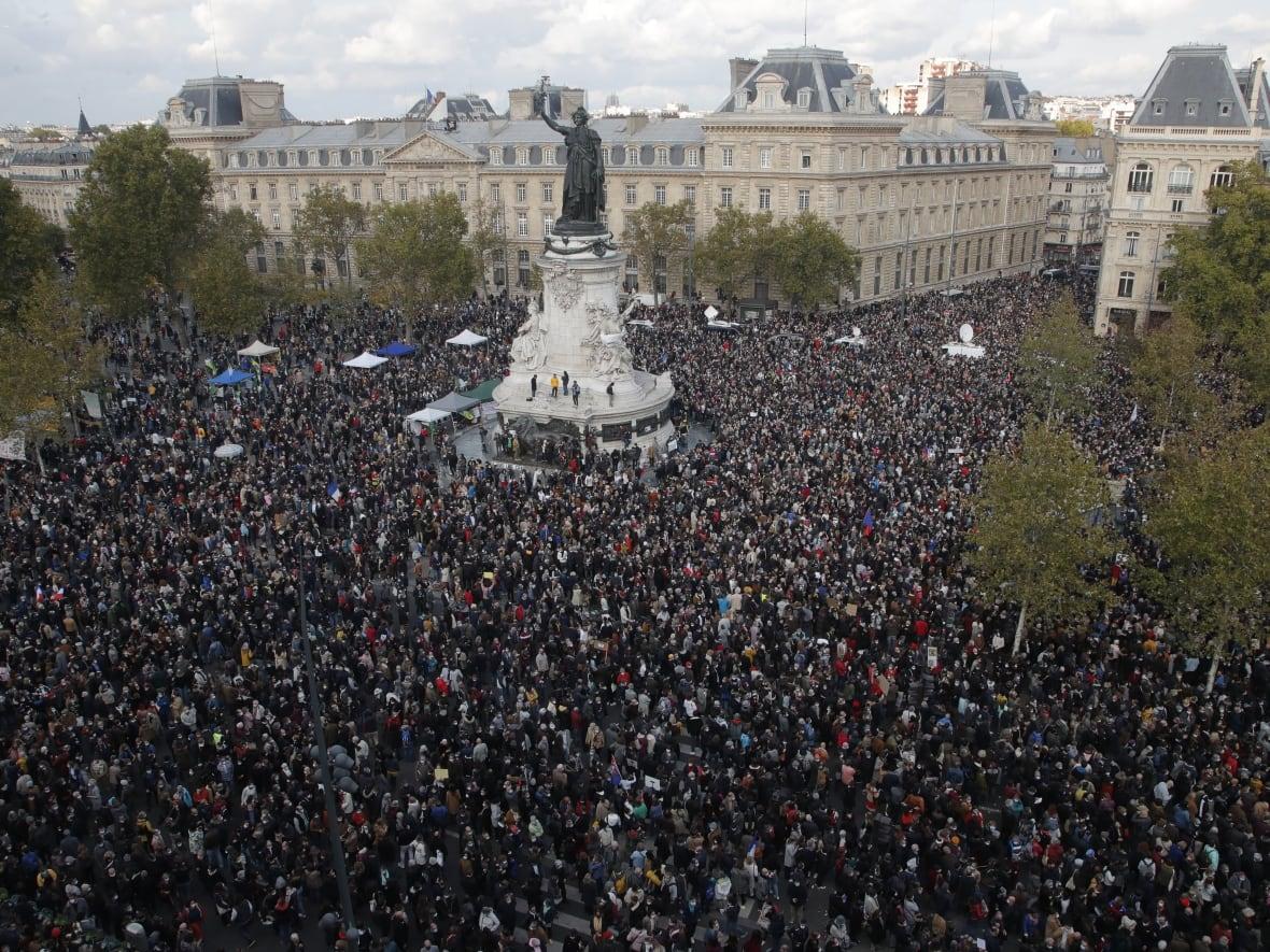 Demonstrators across France rally in tribute to beheaded teacher | CBC News