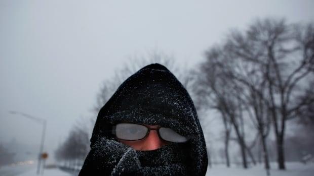Ottawa optometrist shares tips for masking up without foggy glasses | CBC News