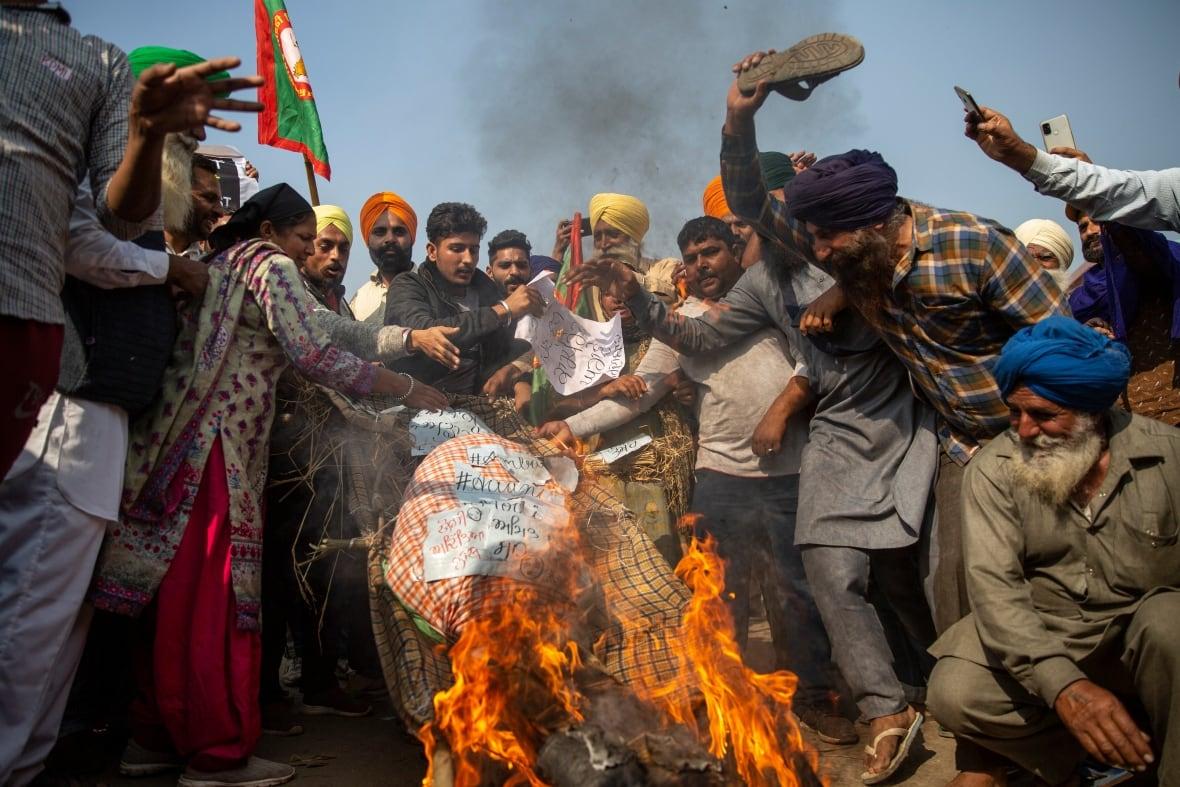https://i.cbc.ca/1.5832785.1607449386!/fileImage/httpImage/image.jpg_gen/derivatives/original_1180/india-farmer-protest.jpg