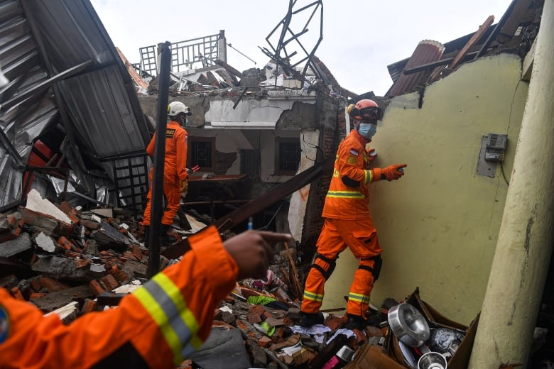, Damaged roads, lack of gear slow rescue in deadly Indonesia earthquake | CBC News, Indian & World Live Breaking News Coverage And Updates