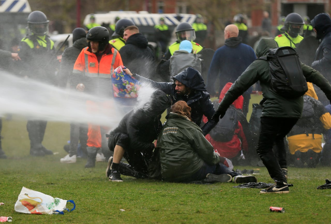 Anti-lockdown rioters clash with police, set fires in the Netherlands | CBC  News