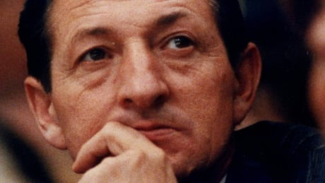 Walter Gretzky watches a Kings-Leafs game on Nov. 5, 1988