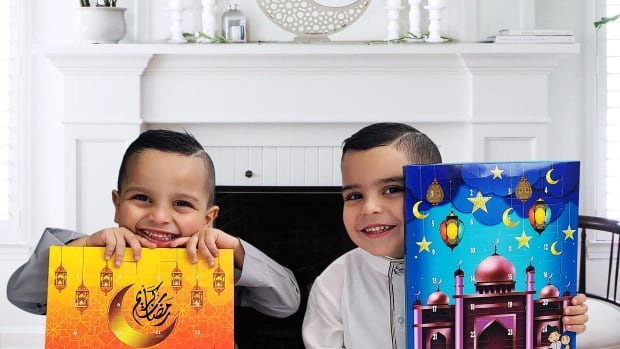 Crossing cultures: Muslims celebrate Ramadan and Eid with Advent calendars and crescent moon trees | CBC News