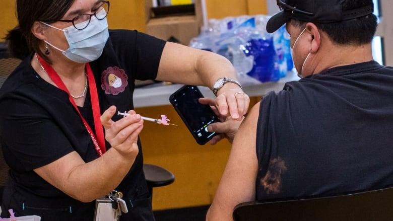 Tiêm vaccine COVID19 cho người dân BC