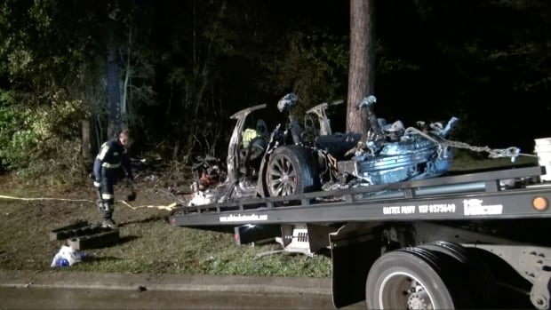 Driverless Tesla crashes into tree killing 2, Texas authorities say | CBC News