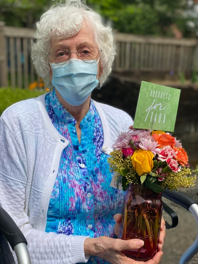 Free flowers in B.C. bring smiles to isolated seniors