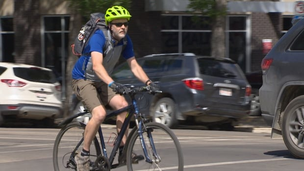 Edmonton drivers could be required to give cyclists more space this fall