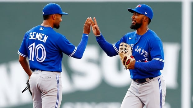 Blue Jays bounce back to even series with blowout win over Red Sox