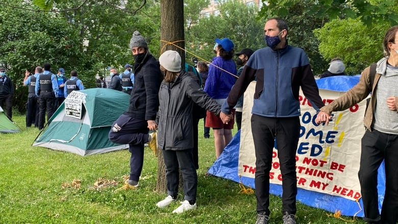 Large police presence clearing Trinity Bellwoods Park encampment