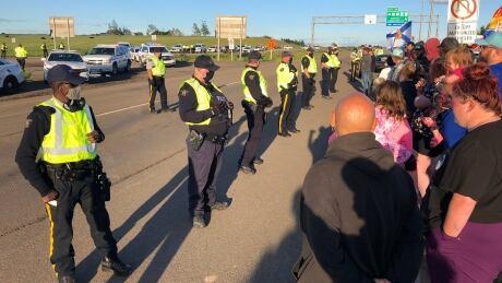 rcmp move in border protest