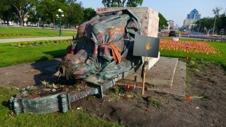 Victoria statue beheaded