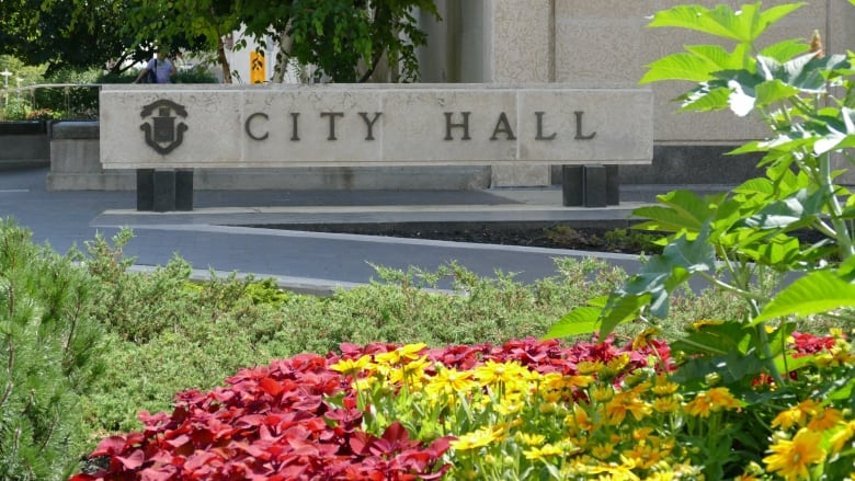 https://i.cbc.ca/1.6095181.1625771408!/cumulusImage/httpImage/image.jpg_gen/derivatives/16x9_780/winnipeg-city-hall.jpg