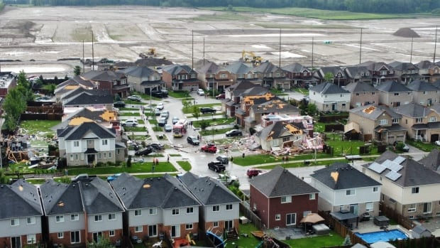 People hurt, homes damaged as tornado hits Barrie, Ont. thumbnail