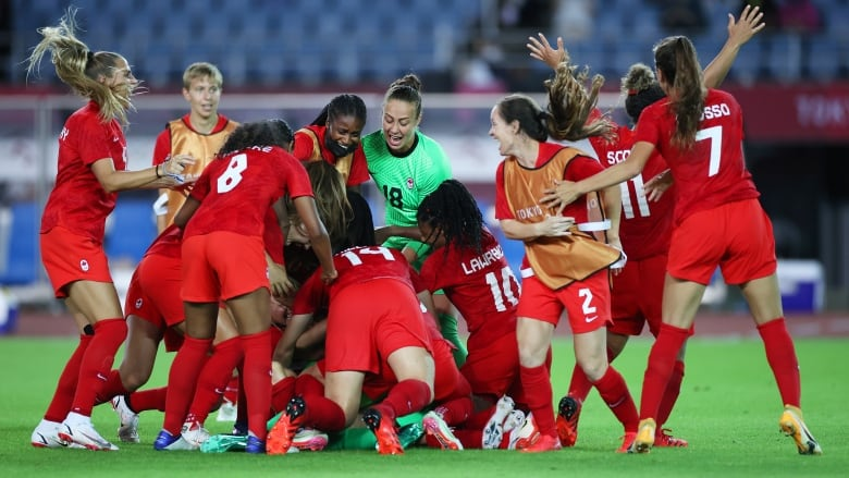 Dramatic penalty kicks send Canada's women's soccer team to Olympic  semifinals | CBC Sports