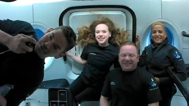 Citizen astronauts aboard SpaceX capsule safely splash down off Florida | CBC News