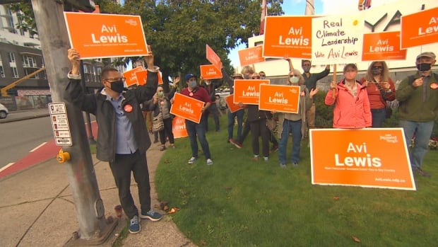 Climate activist Avi Lewis aims to leave mark on NDP despite running in long-odds riding | CBC News