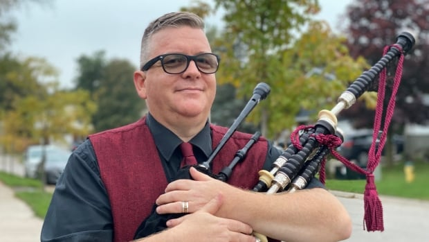 Noise complaints take wind out of Peter Piper's widespread bagpipe exhibits in Fergus, Ont. thumbnail